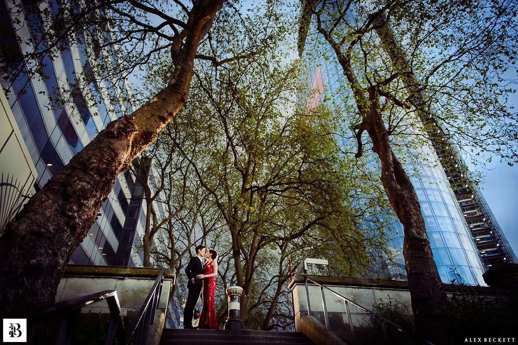 https://mls6zshvqnpr.i.optimole.com/gB5lIlA.nNHc~43c3b/w:1035/h:689/q:75/https://www.alexbeckett.co.uk//files/2019/01/London_Pre_Wedding_1-4-1035x689.jpg